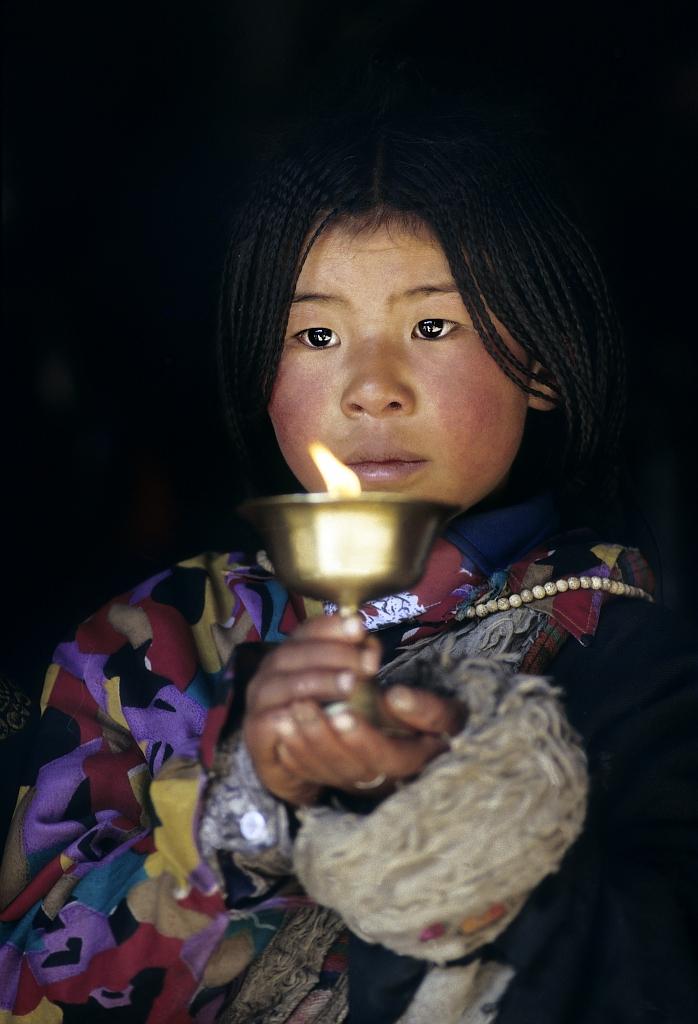 Si vous allumez une lampe pour quelqu'un d'autre, elle égaiera aussi votre chemin